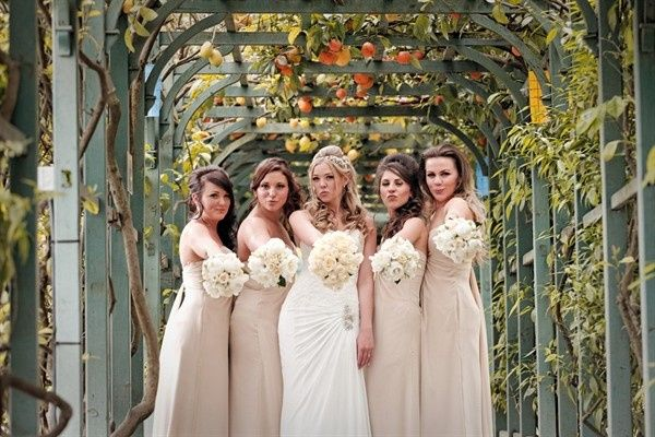 bride20and20bridesmaids20in20the20gardens20of20vil