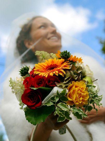 ffa62687f4bf2f84 1525010579 2a93cf235fb0175f 1525010578820 4 smiling bride bouq