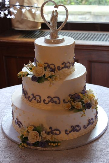 3-tier wedding cake with figurines