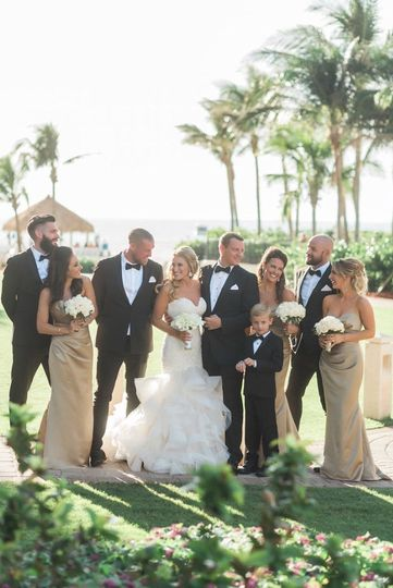 Newlyweds with the groomsmen and bridesmaids