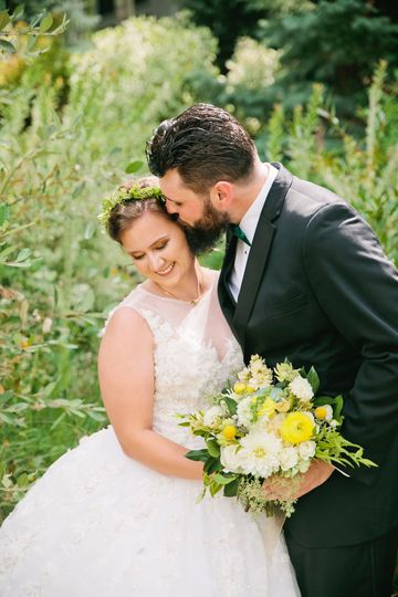 Will & Mariah married in Vail, Colorado under the mountains on wedding island. Talk about romantic!