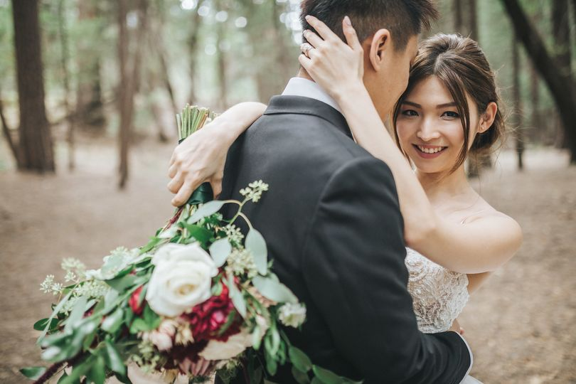 Loving husband Yosemite Elopement hair & makeup by MelaniePhoto: Martin Ngo Photography