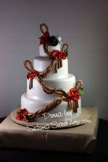 Lasso Wedding cake for a Cowgirl and Cowboy in love! Sugar hats, sugar flowers and sugar lassos.