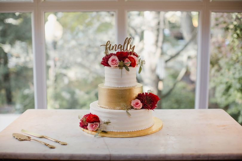 White and gold cake with flowers | Love Me Do Photography
