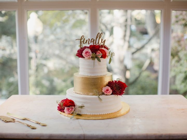 Tmx 1533744724 D67e867b24c9fa72 1533744724 5b032ddf5d66e28a 1533744754980 2 White And Gold Philadelphia, Pennsylvania wedding cake