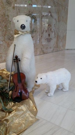 Polar bear sculpture and the violin