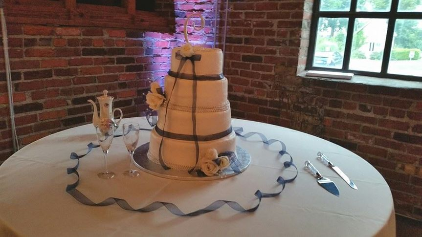 Simple wedding cake setup