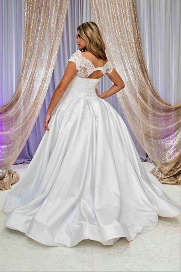 Full skirt for a glamorous look