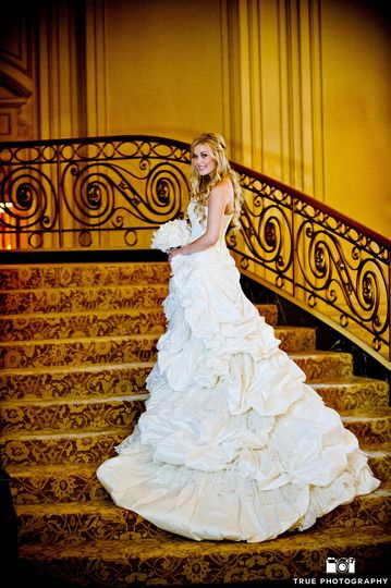 c4cb57f059c7c68d 1520029913 95d98df7ab1f286f 1520029896164 6 Bride on Staircase