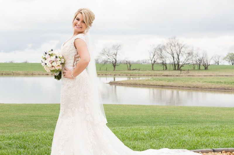 Stunning bride with bouquet