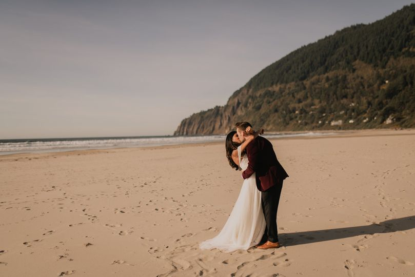 First kiss at the beach - Samantha Tarr Photography