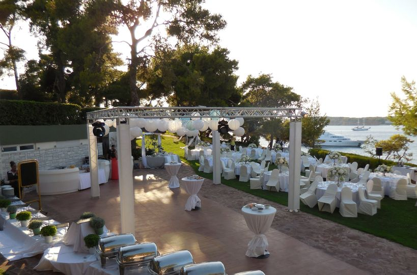 Wedding party next to the sea!