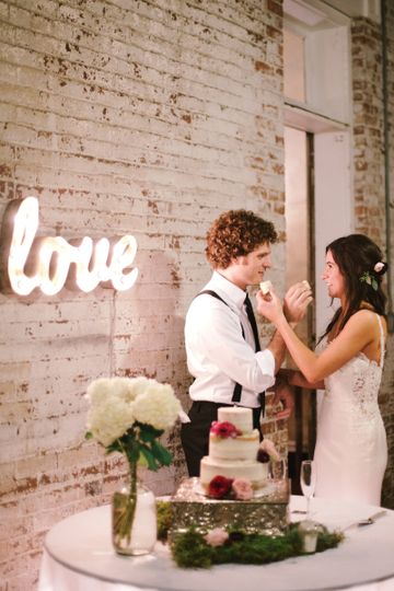 Couple eating the wedding cake