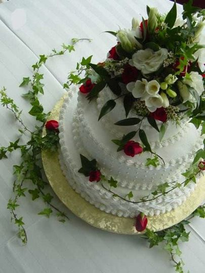 Icing design with fresh flowers