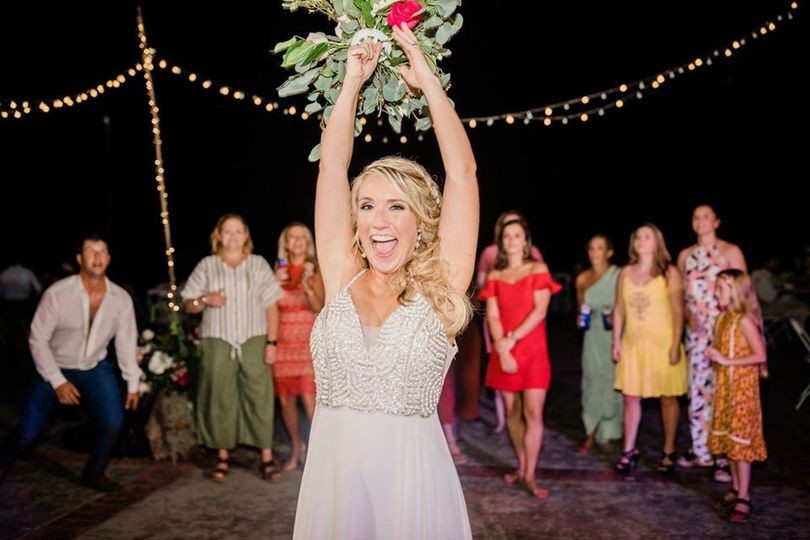 bride throwing bouquet 51 1895411 157703548864938