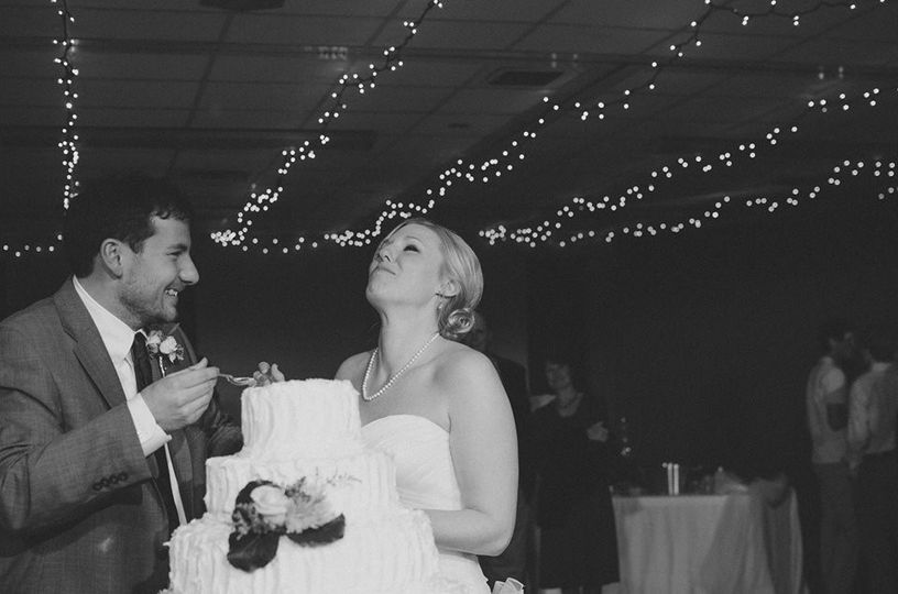 Couple eating the wedding cake