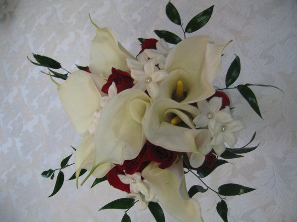 White calla lillys, red roses and stephonotis