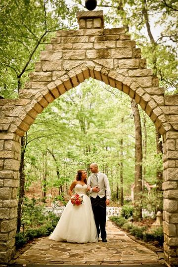 Couple underneath the arch