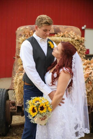 A perfect rustic romantic wedding outside the sweet pea barn.