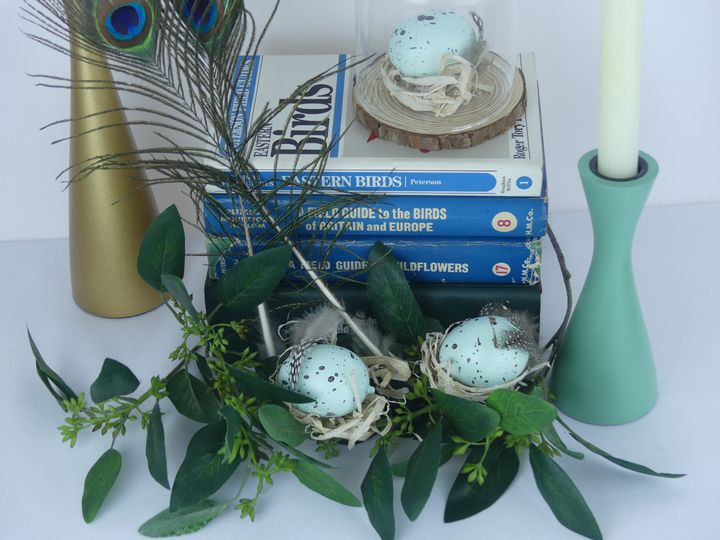 Centerpiece with field guides