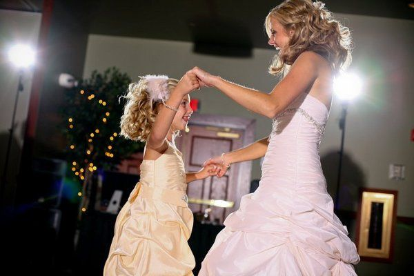 The bride wit her flower girl