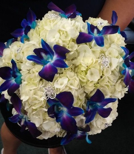 White bouquet with blue flowers
