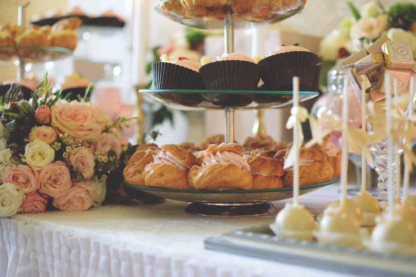 Brides tea with edible flowers