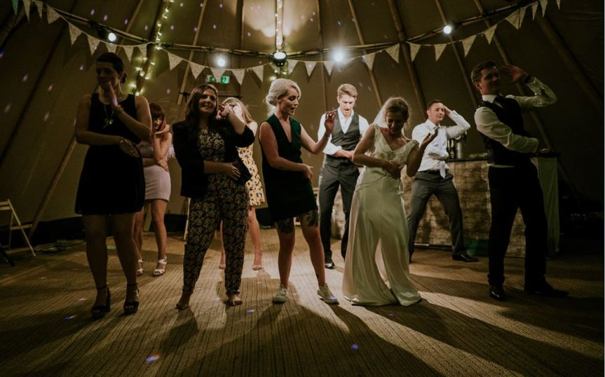 bride dancing with the guests 51 2015521 161381881753614