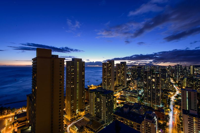 Hilton Waikiki Beach: View of the Skyline from Altitude @37 and ocean view guest rooms