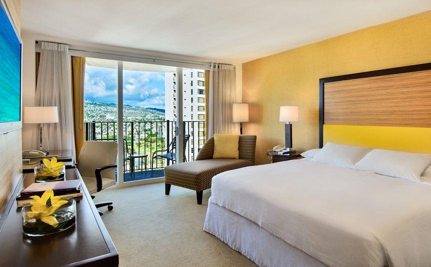 Hilton Waikiki Beach: King Bed Mountain View
