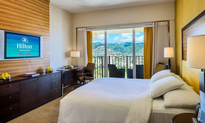 Hilton Waikiki Beach: King Bed, Mountain view
