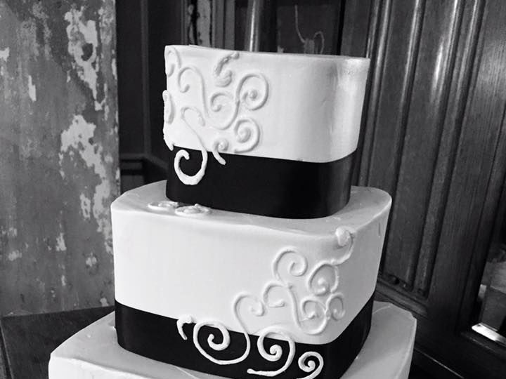 Tmx 1524701896 Bdbc1d9bca47a064 1524701894 91eeed184733920f 1524701892484 2 Black And White We Lincoln City wedding cake