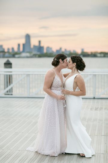 Brides kissing - Sabine Scherer Photography