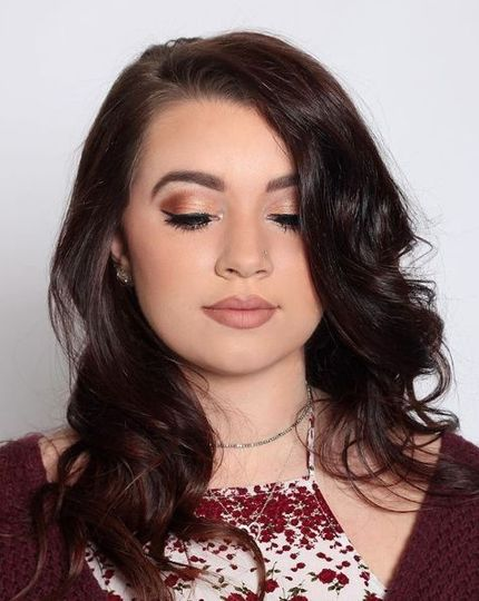 Loose and large curls with a nude make-up look