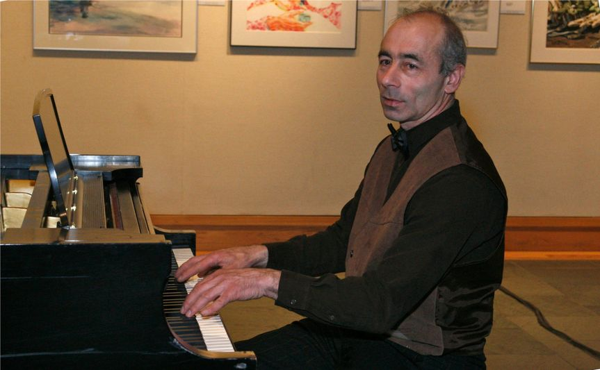 pianist alexander zlatkovski playing at the museum