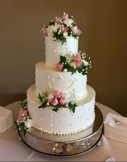 Flower decorations on wedding cake with patterns