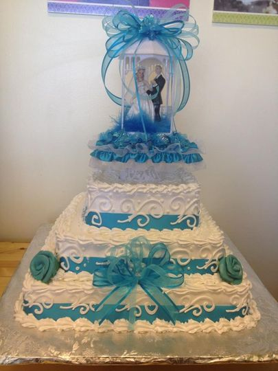 white and blue wedding cak