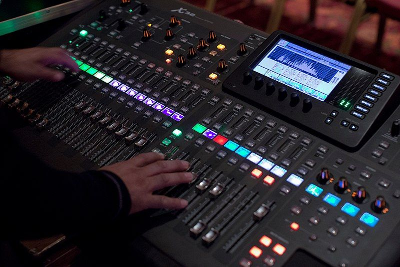 800px behringer x32 digital mixer in operation angled 2017 07 21 17 23 52 pxhere 174508 51 1039531