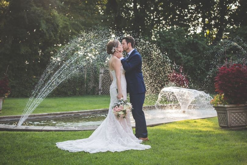 Kiss by the fountain
