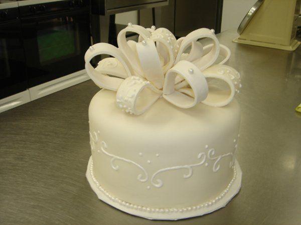 Tmx 1229378225994 Fondantpearlsandbowsaniversarycake005 Greenville wedding cake
