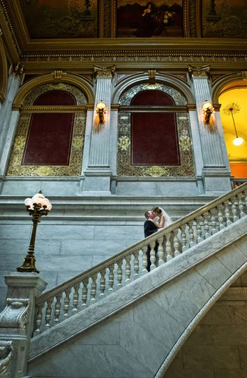 wedding photo bride and groom kissing at the ohio statehouse