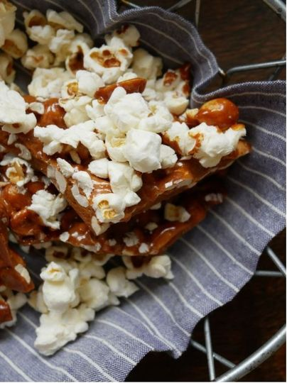 Peanut brittle with popcorn