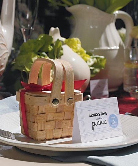 These cute mini picnic baskets are perfect for a garden theme wedding or for a special event...