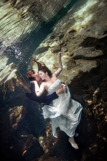 Underwater trash-the-dress