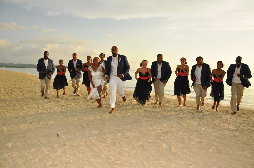 The couple with the bridesmaids  and groomsmen​