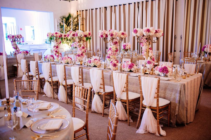 Table setting with floral centerpei