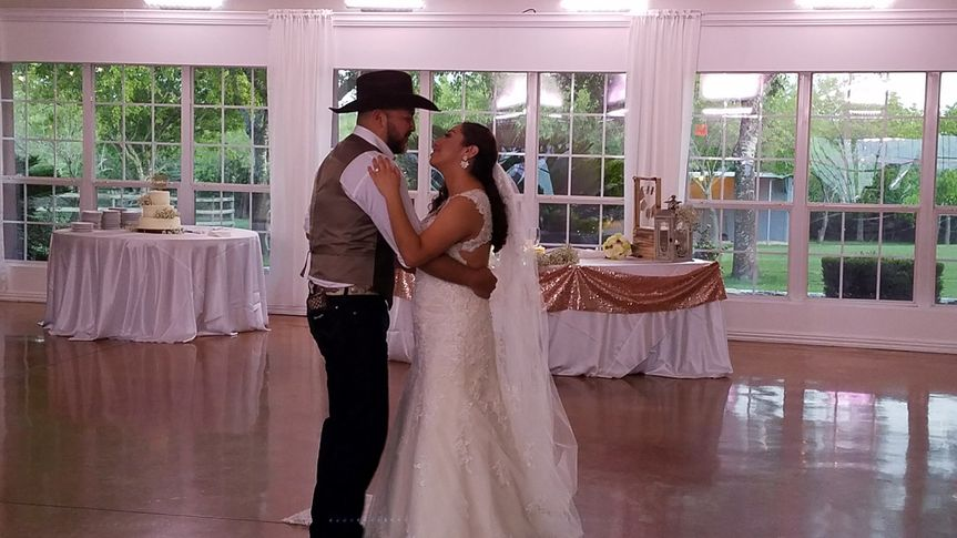 Couple's first dance at Granberry Hills