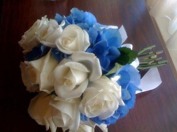 Petite nosegay of Escimo roses and French blue hydrangea
