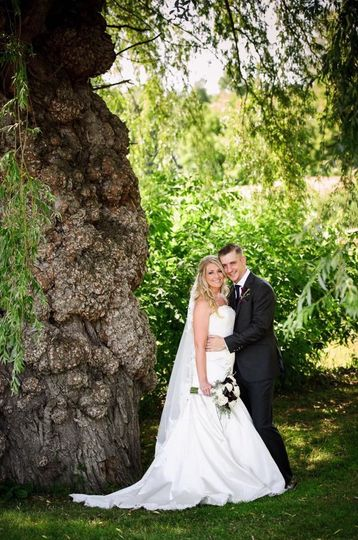 Newlywed couple by the tree