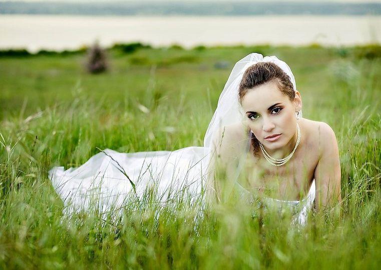 bride in the field 51 1195751 160155366796029